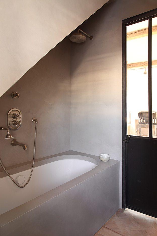 Klassieke landelijk badkamer met betonstuc en houten vloer ...