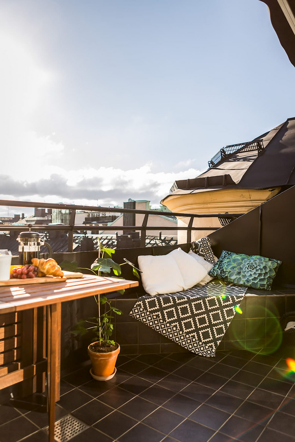klein balkon inrichten met een vaste bank, tafel én hangmat