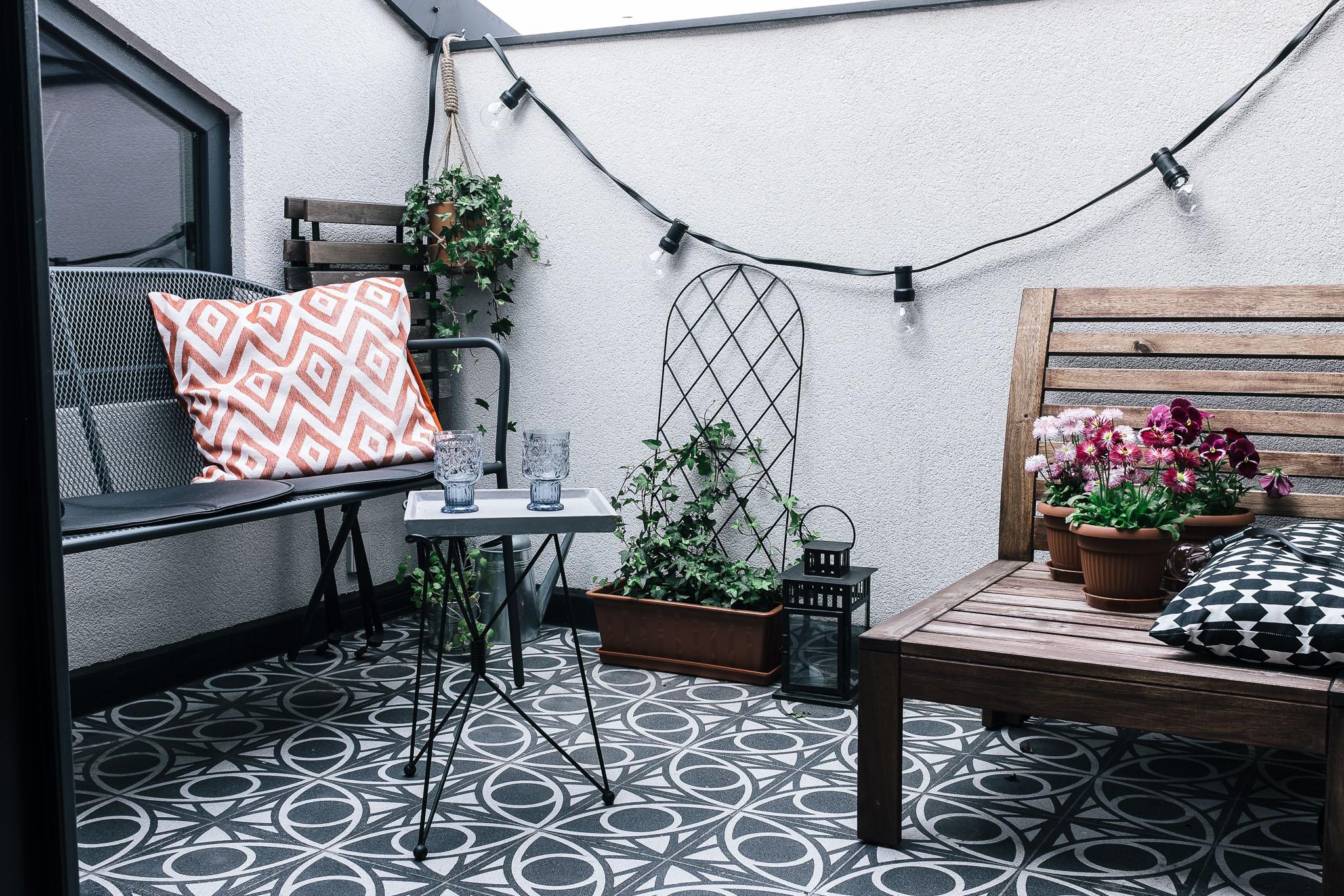 klein balkon met patroontegels inrichting. Black Bedroom Furniture Sets. Home Design Ideas