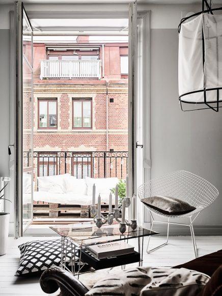 Klein knus balkon met houten pallets