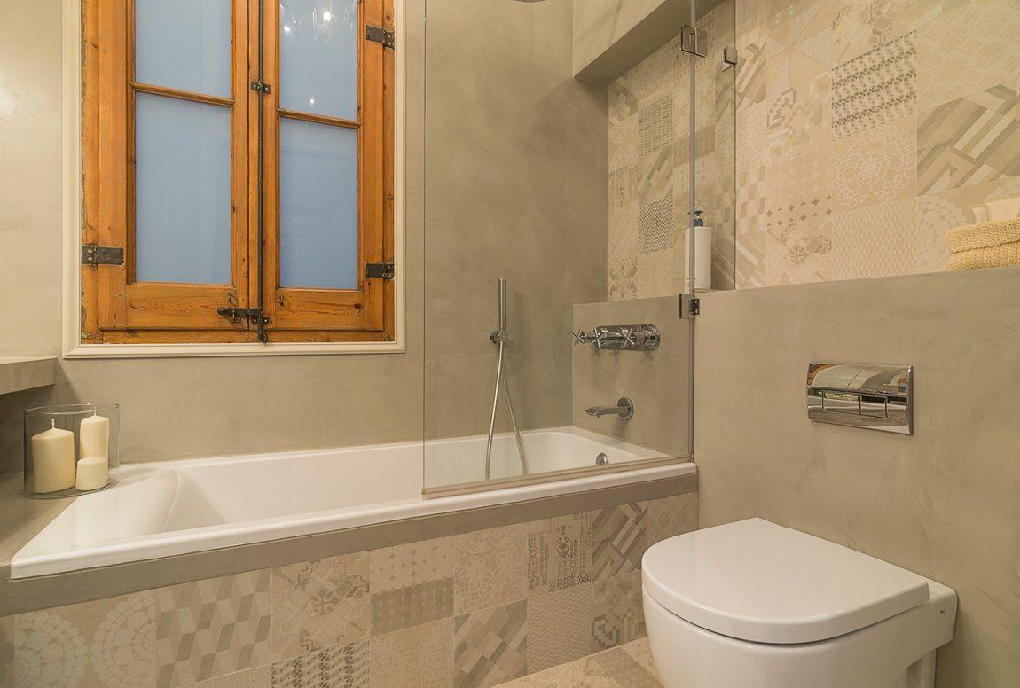 Kleine Badkamer Tegels : In deze kleine badkamer hebben ze betonstuc gecombineerd met