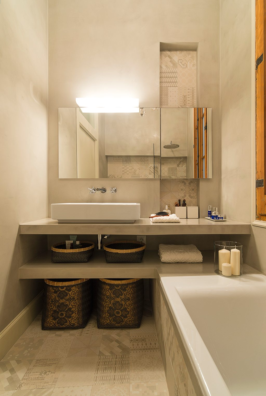 in deze kleine badkamer hebben ze betonstuc ge bineerd met