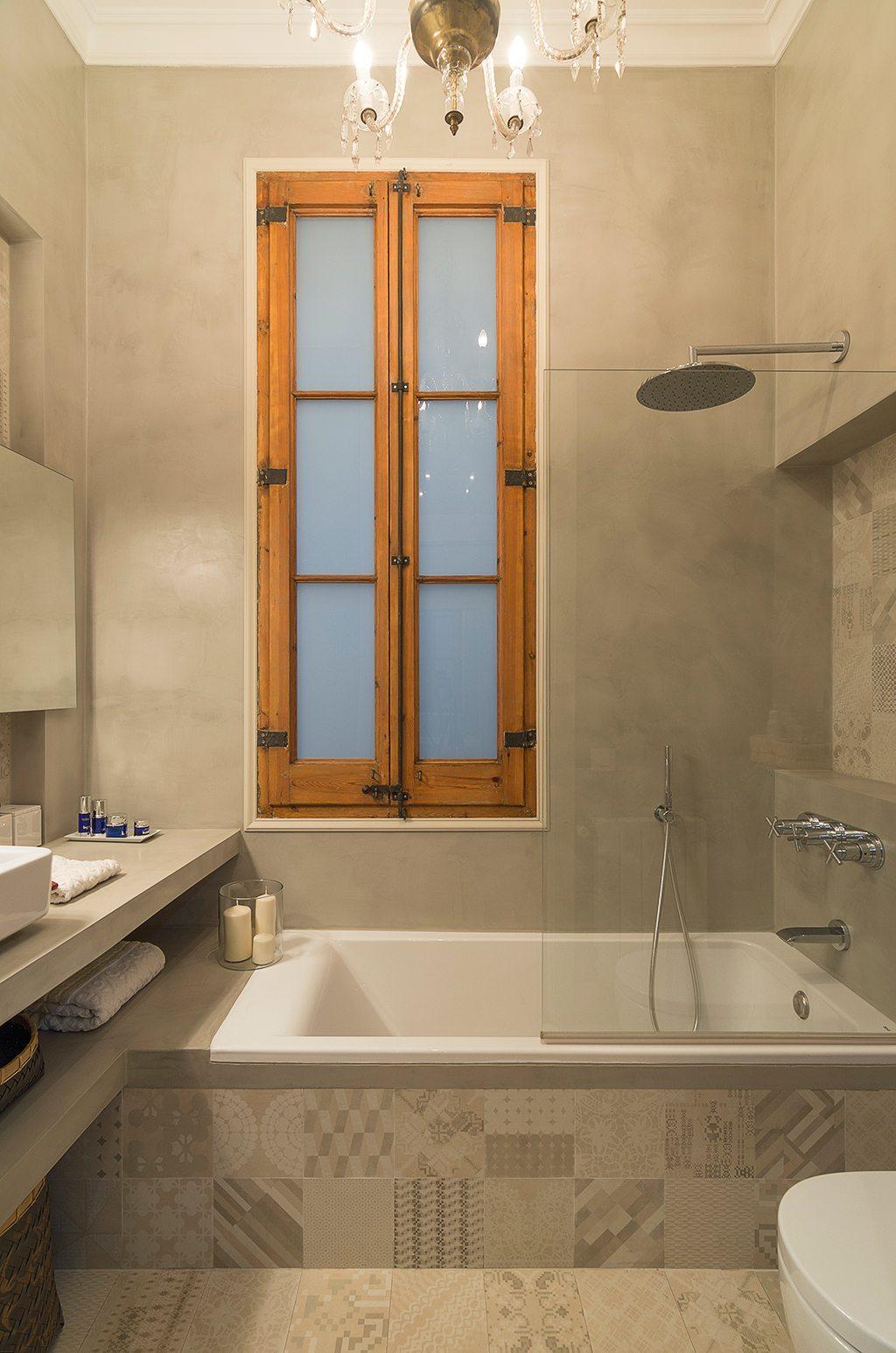 Kleine badkamer betonstuc en patchwork tegels