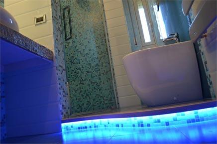 Kleines Badezimmer mit Blautönen