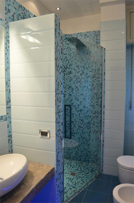 Kleine badkamer met blauwe tinten inrichting - Foto kleine badkamer ...