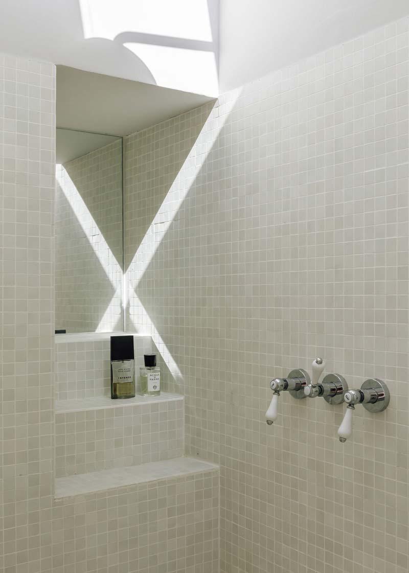 Kleine grijze tegeltjes badkamer