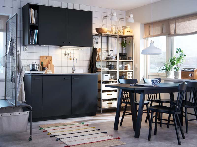 Kleine zwarte keuken van IKEA