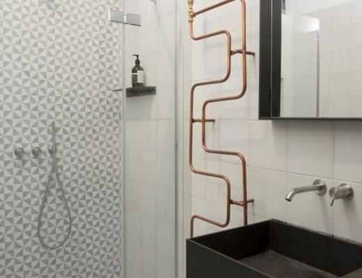 Kleine industriële badkamer in loft