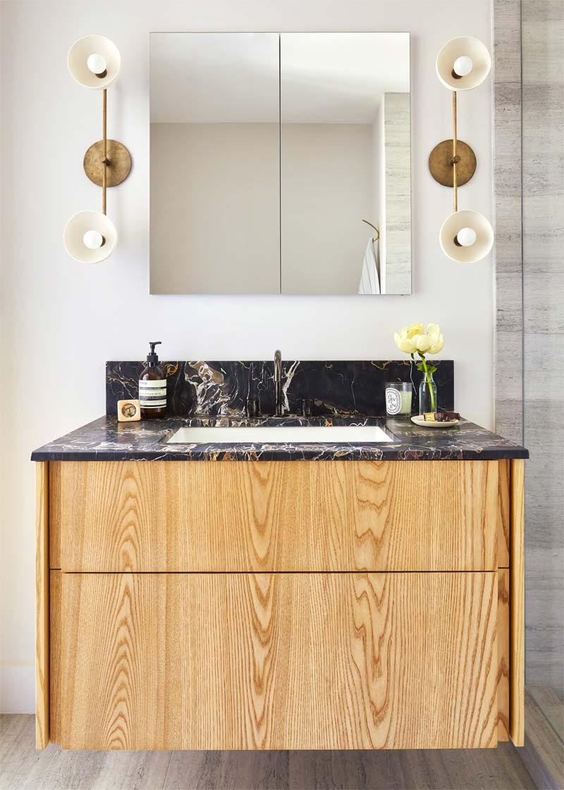 kleine luxe badkamer marmeren wastafel houten meubel
