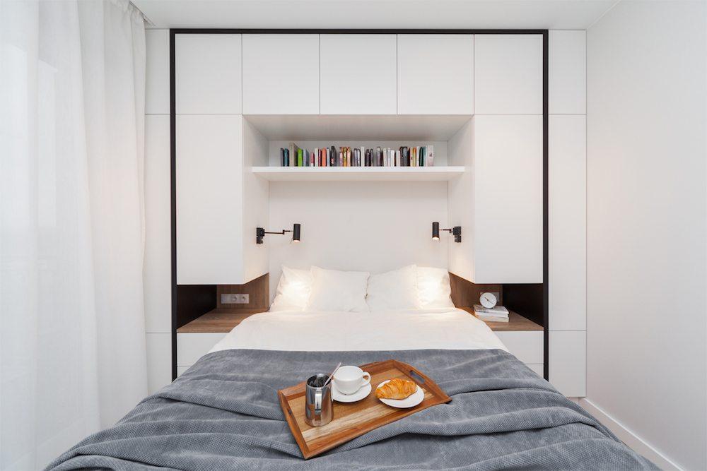 Deze kleine moderne slaapkamer is voorzien van een strakke multifunctionele wandkast - Wandschrank schlafzimmer ...