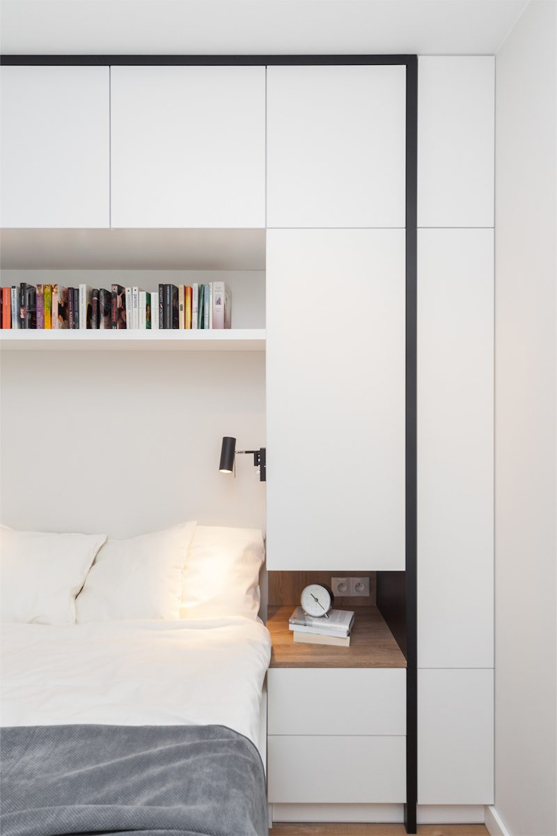 Deze kleine moderne slaapkamer is voorzien van een strakke multifunctionele wandkast