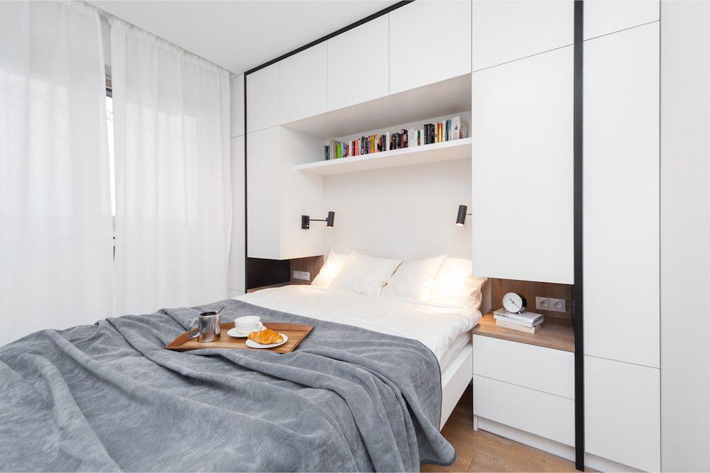 Deze kleine moderne slaapkamer is voorzien van een strakke ...