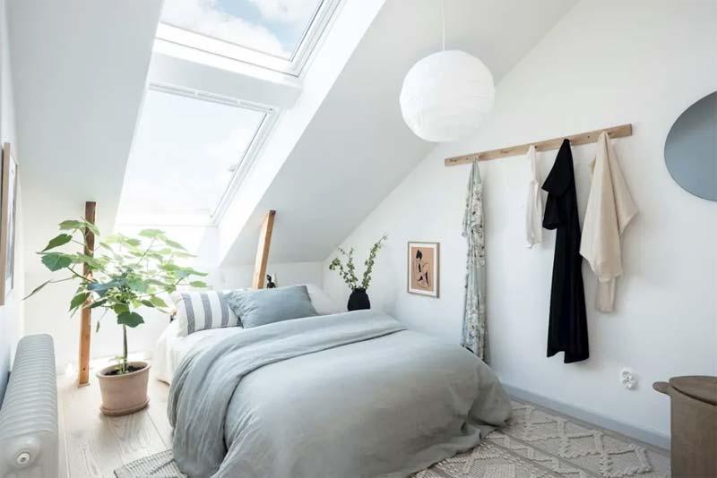 kleine slaapkamer met schuin dak
