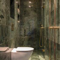 Kleine smalle badkamer in groen marmer