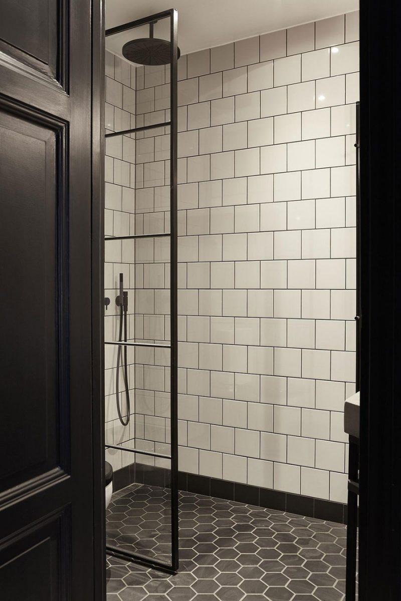 Kleine stoere zwart wit badkamer
