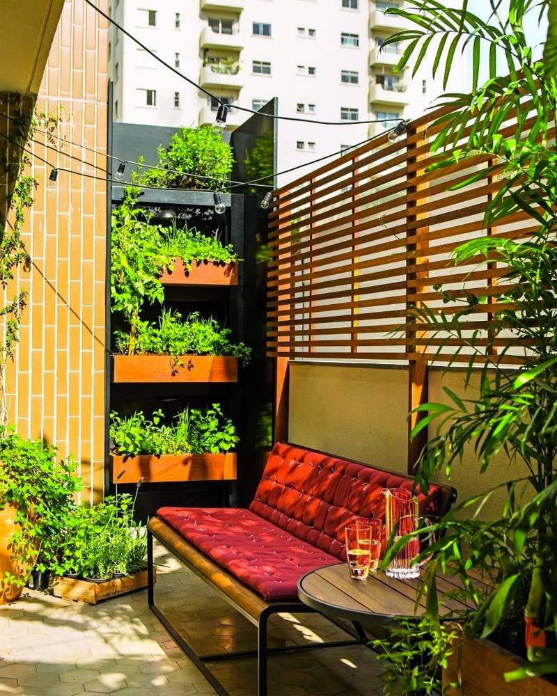 kleine tuin ideeën houten schutting op stenen muur