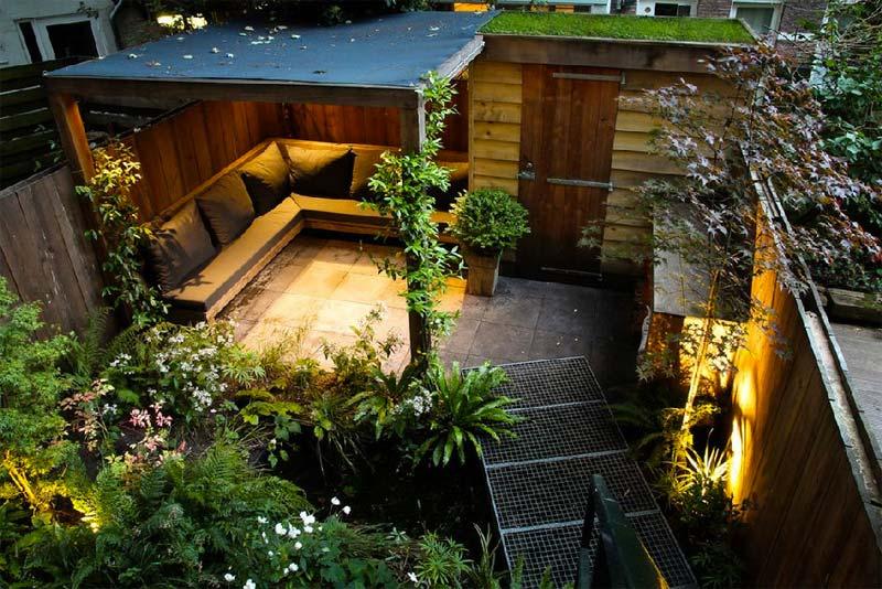 Boekel Tuinen heeft deze kleine stadstuin in Amsterdam ontworpen, met een heerlijke loungehoek met loungebank en overkapping.