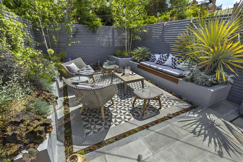 kleine tuin ideeën vaste bank combineren met plantenbakken