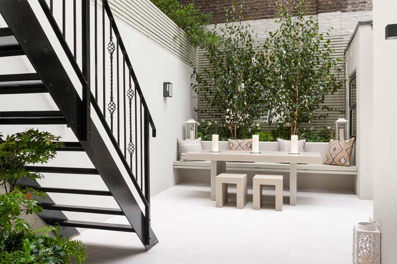 kleine tuin ideeën witte muren schuttingen
