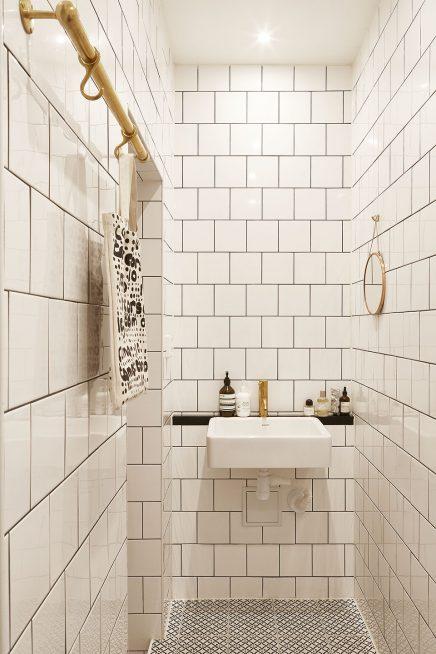 http://www.inrichting-huis.com/wp-content/afbeeldingen/kleine-witte-badkamer-gouden-details-3-436x654.jpg