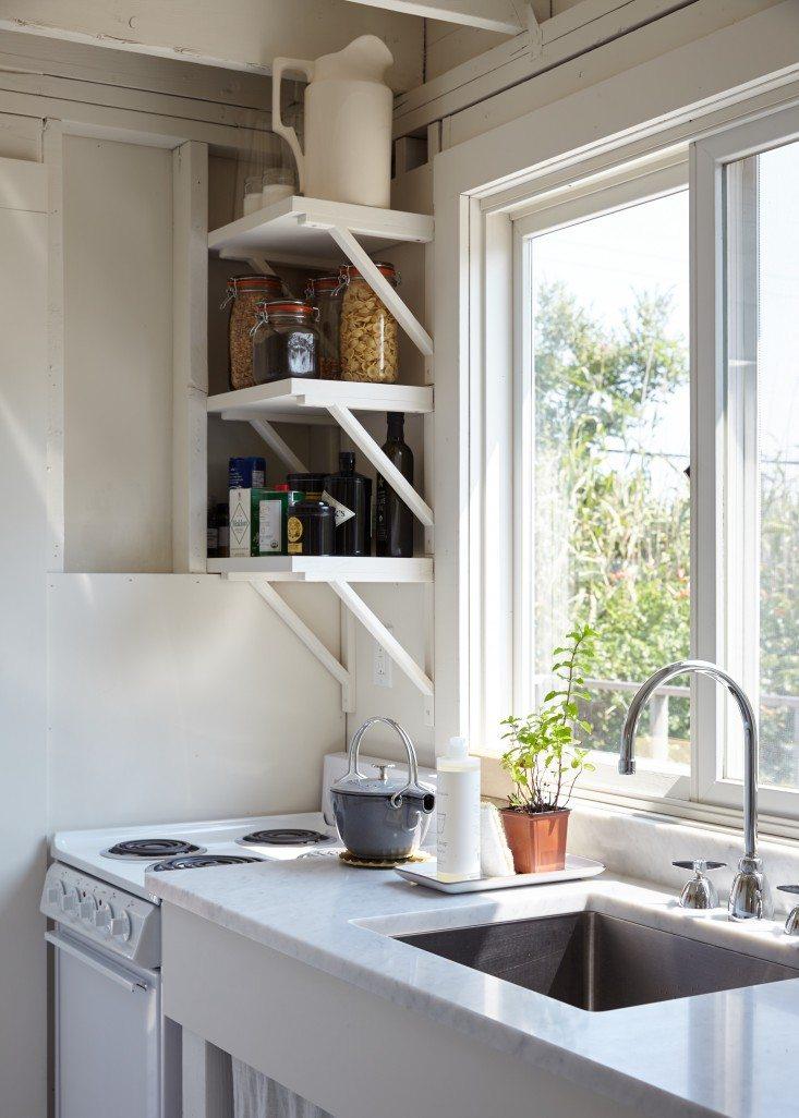 kleine-witte-keuken-marmeren-keukenblad