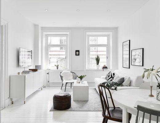 Kleine witte woonkamer met witte meubels