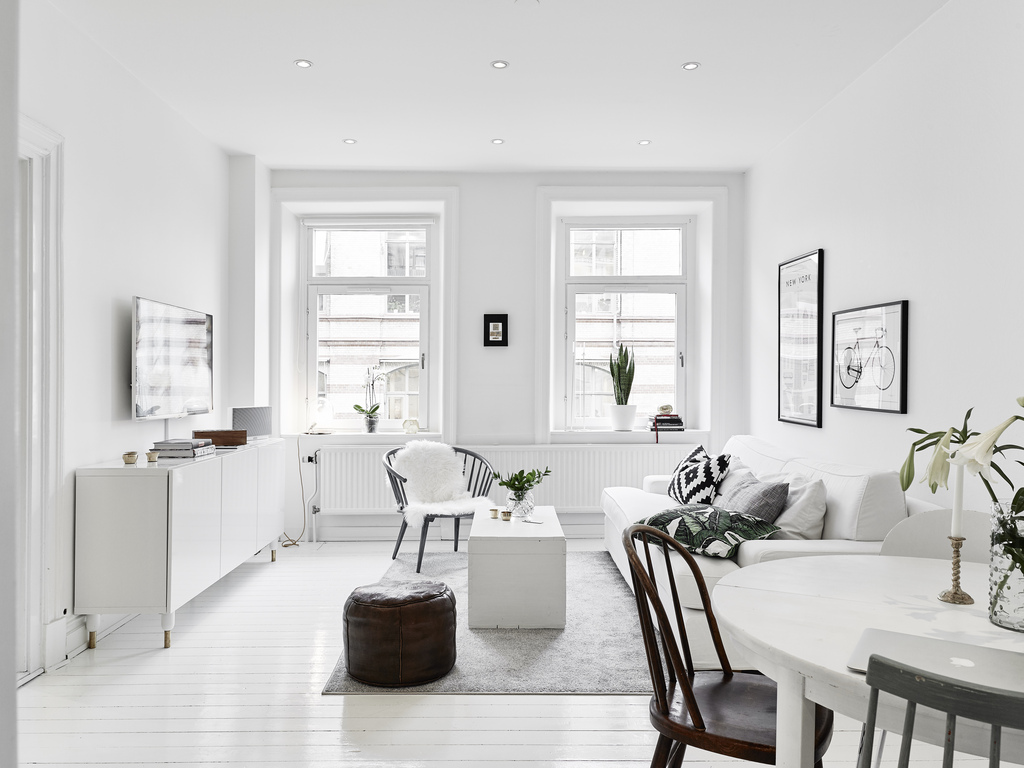 kleine witte woonkamer met witte meubels inrichting