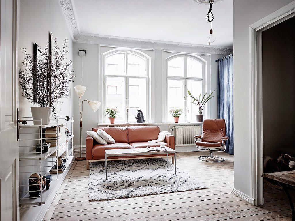 Kleine woonkamer met een opklapbaar bed | Inrichting-huis.com