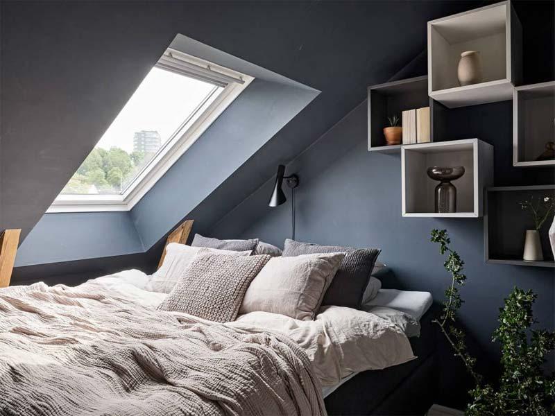 kleine zolder slaapkamer-met-schuin dak blauwe muren