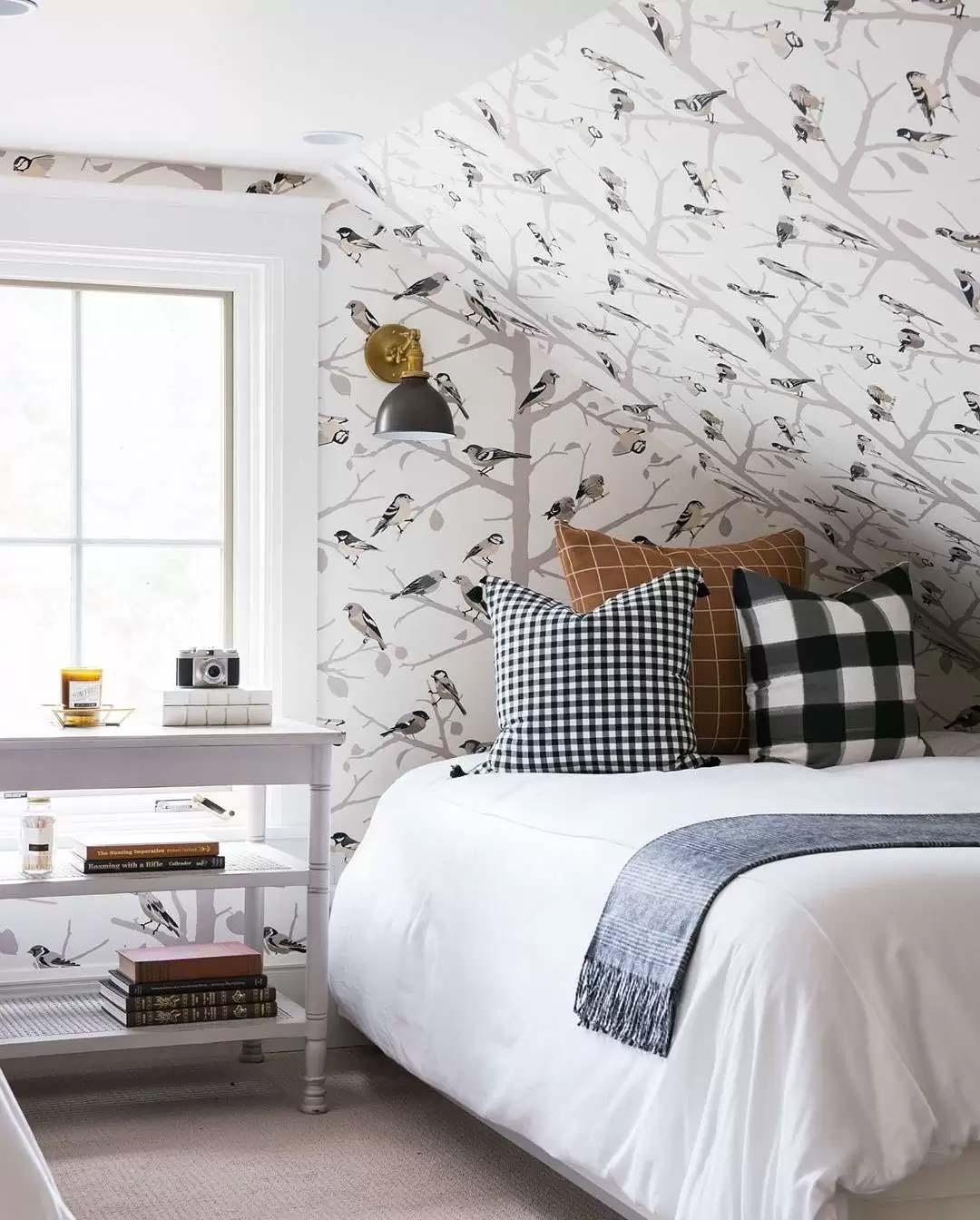 kleine zolder slaapkamer schuin dak behangen