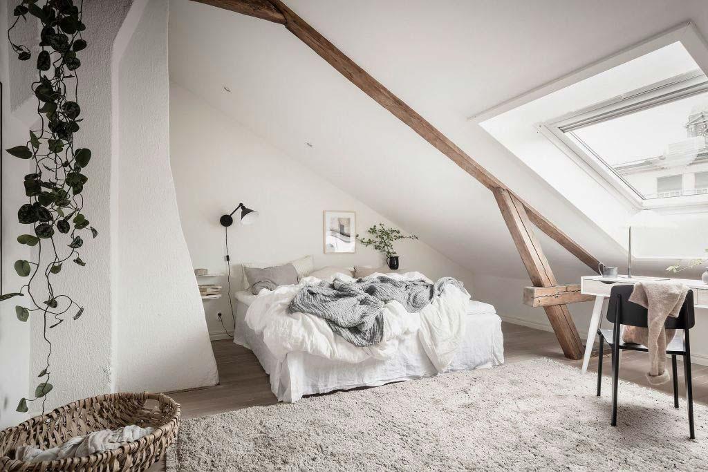 Kleine zolder slaapkamer met schuin dak