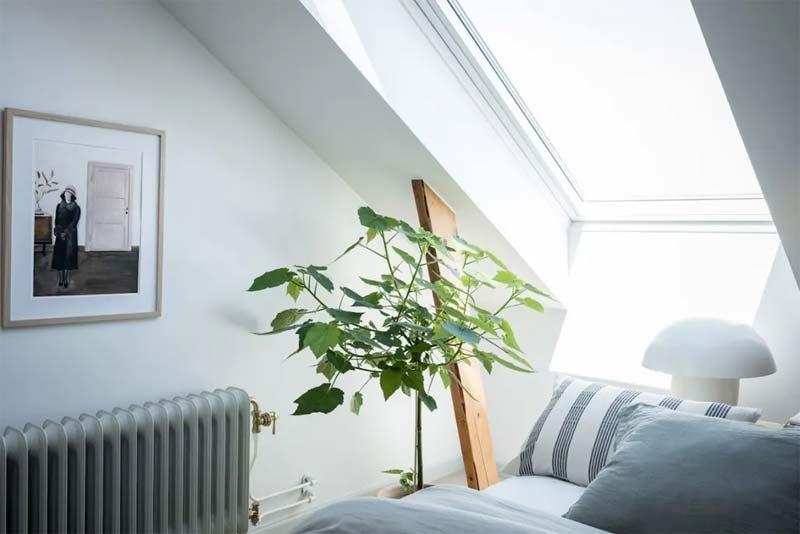 kleine zolder slaapkamer schuin dak houten balken