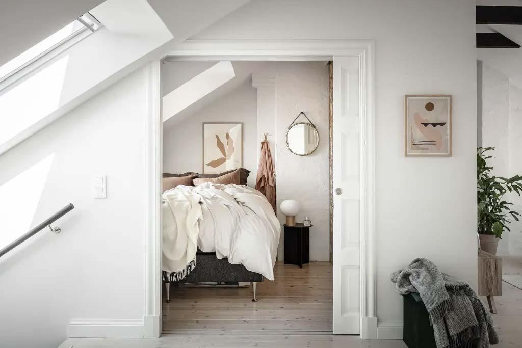 kleine zolder slaapkamer schuin dak ronde spiegel