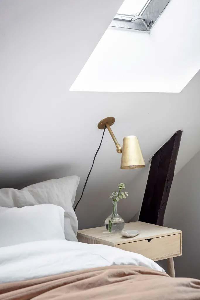 kleine zolder slaapkamer schuin dak wandlamp