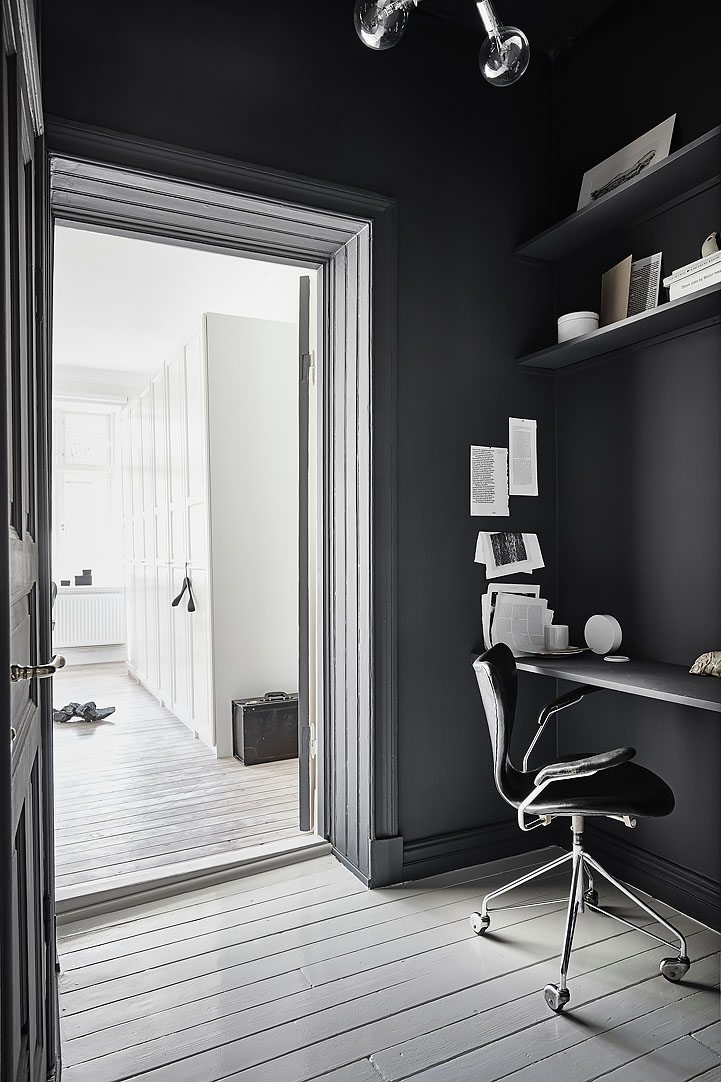 Kleine zwarte werkplek in de tussenkamer