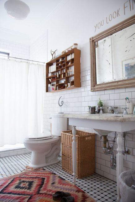 Kleurrijke vloerkleed in badkamer