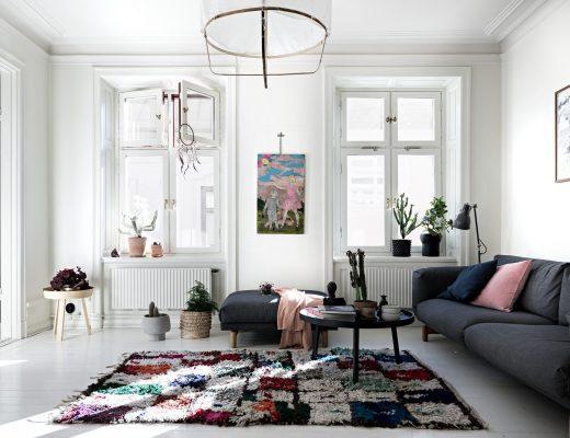 kleurrijke-witte-woonkamer