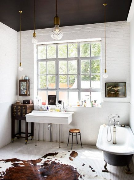 Koeienhuid vloerkleed in badkamer