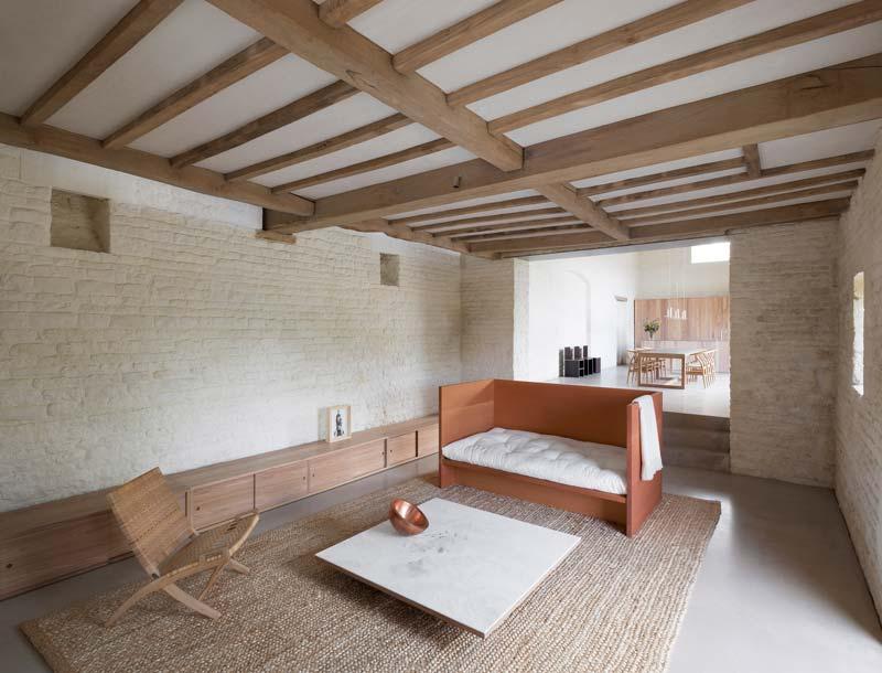 lage houten tv meubel over breedte muur