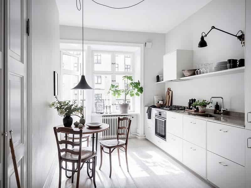 lage witte keukenkasten natuurstenen werkblad