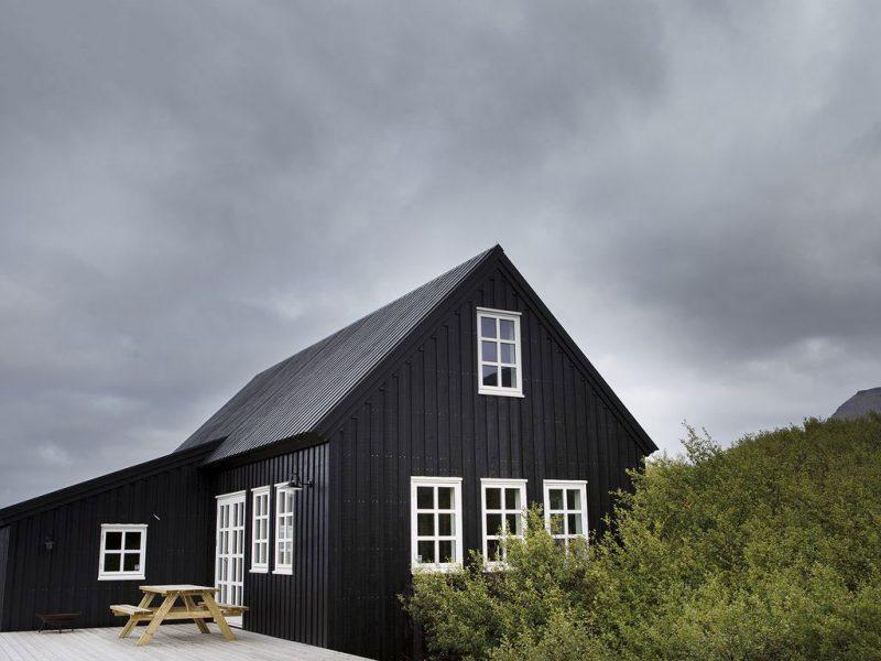 landelijk huis zwarte gevel