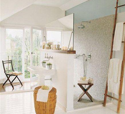 Landelijke badkamer met creatieve indeling