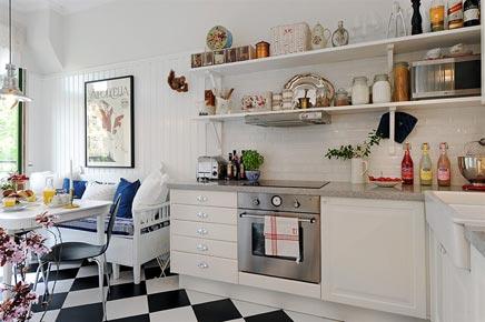 Ländliche Küche mit Balkon