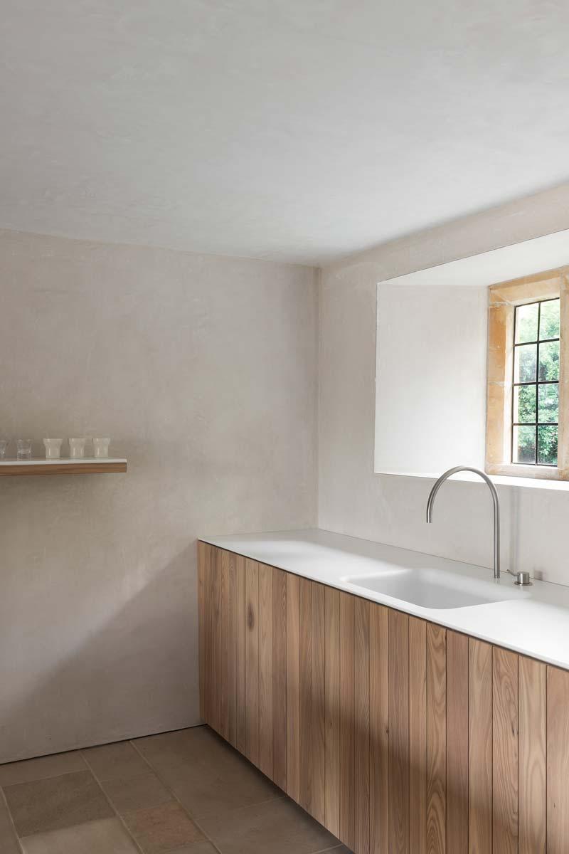 landelijke keuken houten kasten kalkpleister muren