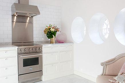 Landelijke keuken met marmeren keukenblad