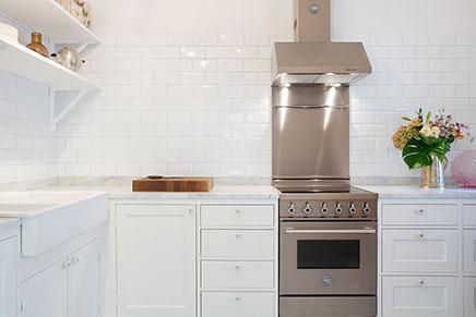 Landelijke keuken met marmeren keukenblad inrichting - Keuken wit marmer ...