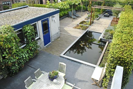 Langwerpige vijver goedkope tuinhuisjes for Moderne vijvers foto s