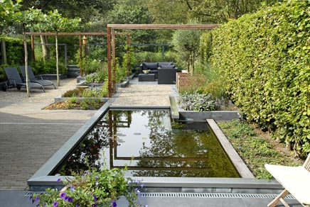 Langwerpige tuin met strakke vijver inrichting for Moderne vijvers foto s