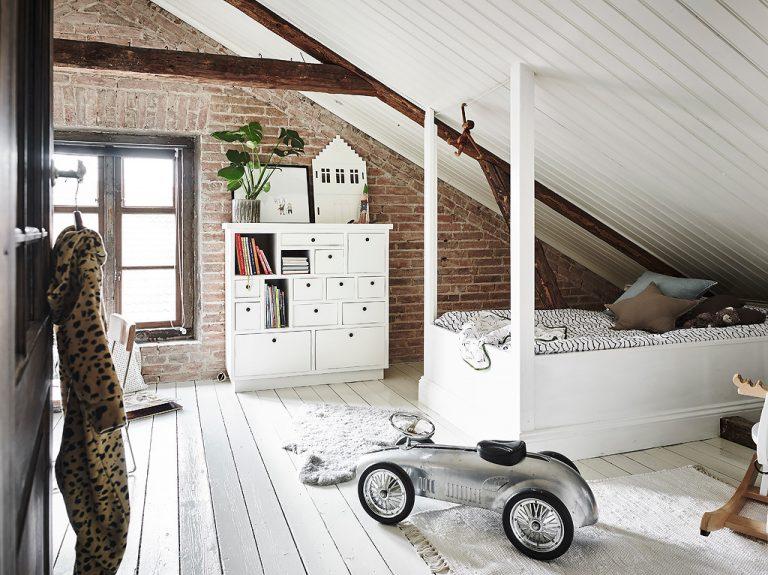 Leuke witte rustieke kinderkamer op zolder