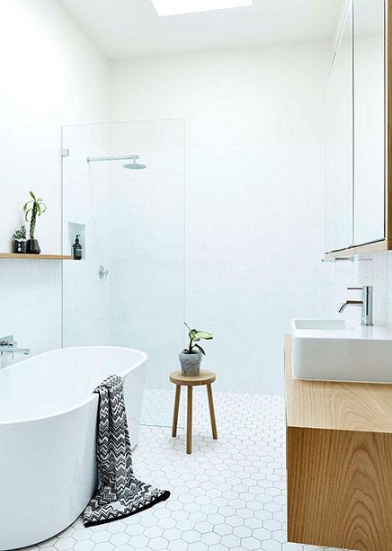 Lichte badkamer met een fris ontwerp